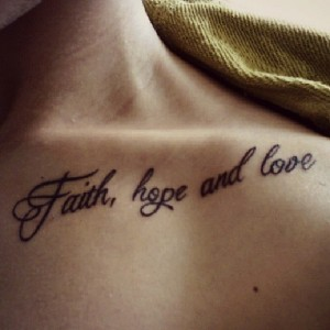 Faith Hope Love Tattoo am Schluesselbein