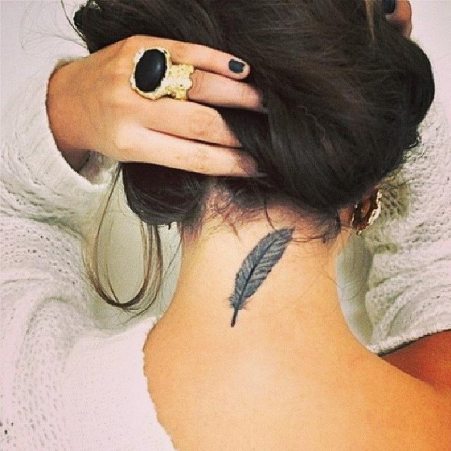Feder Tattoo im Nacken