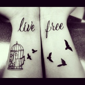Live Free Vogel Tattoo mit Tattoo Spruch