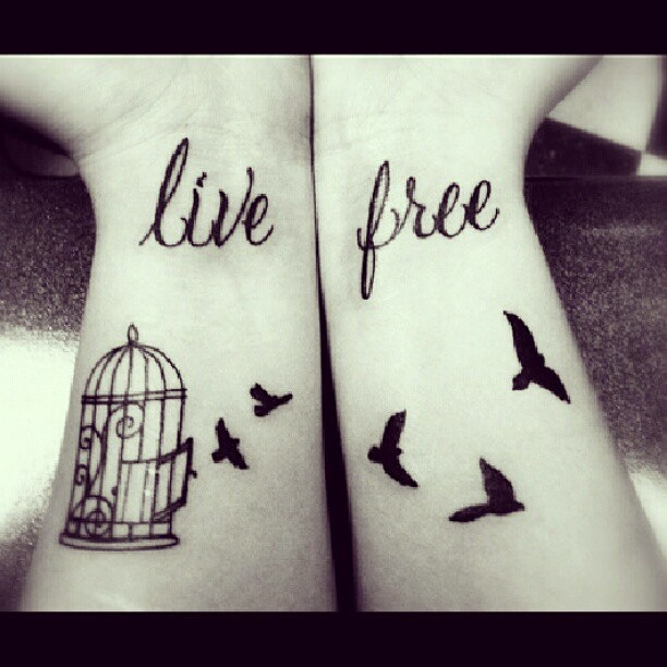live free vogel tattoo mit tattoo spruch. Black Bedroom Furniture Sets. Home Design Ideas
