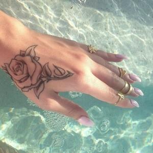 Rosen Tattoo am Handgelenk