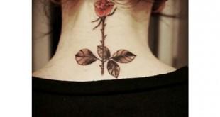 Rosen Tattoo im Nacken