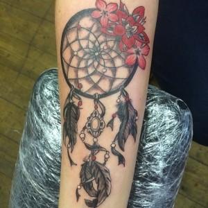 Traumfänger Blumen Tattoo am Arm