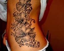 Blumen Tattoo an der Körpersseite