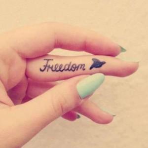 Freedom Tattoo Spruch am Finger