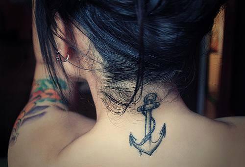 Anker Tattoo im Nacken