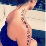 Blumenranken Tattoo vom Hals bis zum Arm