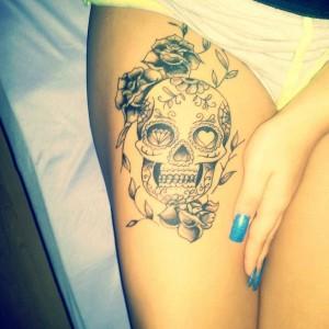 Totenkopf Rosen Tattoo am Bein