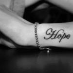 Hope Tattoo Spruch am Unterarm