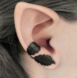 Blätter Tattoo am Ohr