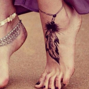 Feder Tattoo mit Kette am Fuß