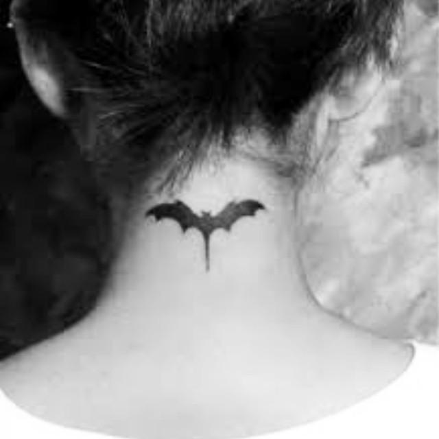 Fledermaus Tattoo im Nacken