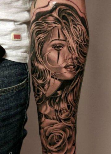 Frauen Portrait Tattoo mit Rosen am Arm