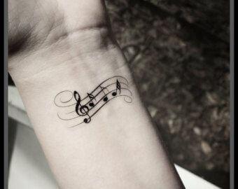 Noten Tattoo am Handgelenk