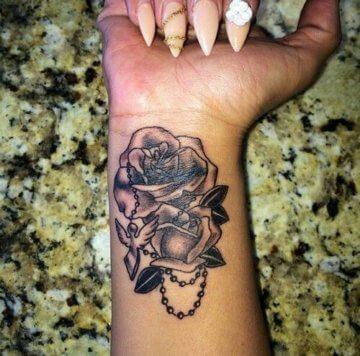 Rosen Tattoo am Handgelenk mit Taube und Rosenkranz