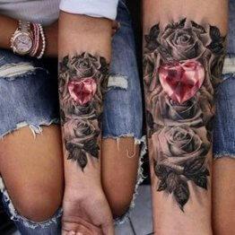 Rosen Tattoo am Unterarm