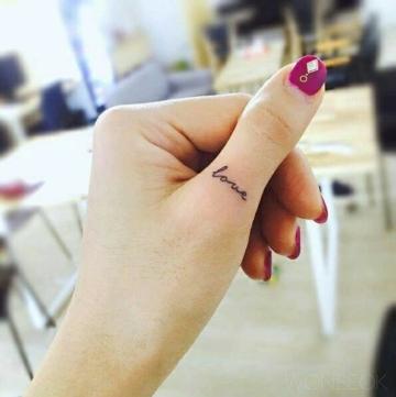 Tattoo-Spruch-Love-am-Daumen