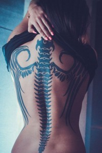 Tattoo-mit-Flügel-auf-dem-Rücken