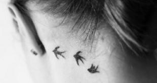 Vogel Tattoo hinter dem Ohr